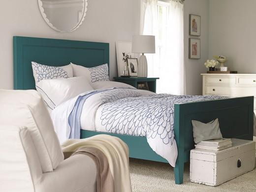 Yatak odanızı yeniden tasarlayın  Crate and Barrel; her zevke uygun yatak, komodin ve şifoniyer alternatifleriyle yatak odalarını yeniden tasarlamaya olanak veriyor. Elinizin altında olmasını istediğiniz eşya ve aksesuarlarınızı masif ahşap ya da renkli başucu sehpaları, komodinler ve şifoniyerler sayesinde düzenleyebiliyorsunuz. Farklı boy ve tondaki yastıklarla yatağınıza sıcak bir hava katabiliyor ve ufak dokunuşlarla tüm alanı renklendirebiliyorsunuz. Şık bir berjer ve kullanışlı bir kitaplık ile sadece size özel keyifli bir okuma alanı da yaratabiliyorsunuz.