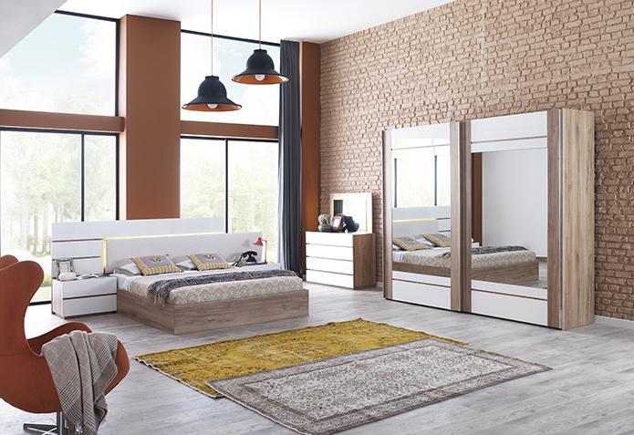 Sidyma Yatak Odası Beyaz ve ceviz rengin uyumlu birlikteliğine dikkat çeken Sidyma yatak odası takımı, çizgili  ve köşeli formlar ile iddialı bir stil ortaya koyuyor. Gardırop, karyola, şifoniyer ve 2 adet komodinden oluşan takım, yatak başındaki ışığıyla hem fonksiyonel hem de estetik bir duruş sağlıyor. Gardırobunda 64 cm, şifoniyerinde 45 cm derinliğiyle fonksiyonel saklama alanları sunan takım, mekanı kullanışlı ve zarif bir görsellikle buluşturuyor.